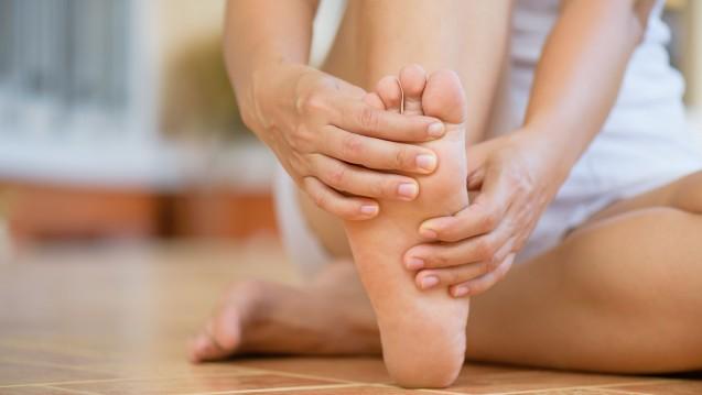 Hühneraugen entwickeln sich meist als Folge von zu engen Schuhen. Die Behandlung zielt darauf, dass die Hornhaut entfernt und die schmerzende stelle entlastet wird. ( r / Foto: Siam / stock.adobe.com)
