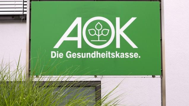 AOK-Versicherte in der Region Nordrhein müssen ab sofort nicht mehr doppelt in die Apotheke gehen, wenn ihr Rabattarzneimittel nicht auf Lager war. (s / Foto: imago images / Chromorange)