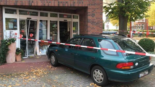 Rentner fährt Auto in Apotheken-Eingang
