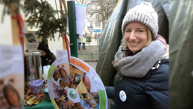Auf dem Alt-Rixdorfer Weihnachtsmarkt in Berlin-Neukölln sammelte Apotheker ohne Grenzen am vergangenen Wochenende Spenden für einen guten Zweck. Die Berliner Apothekerin Charlotte Lübow kann sich vorstellen, in Zukunft auch hauptberuflich pharmazeutische Nothilfe zu leisten. (m / Foto: DAZ.online/bj)