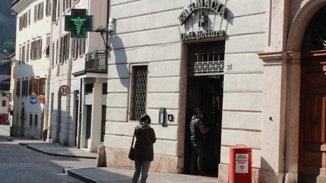 In italienischen Apotheken, Kliniken und Arztpraxen herrschen derzeit Ausnahmezustände. Unter den neuen Infektions- und Todesfällen sind leider auch immer mehr Menschen, die im Gesundheitswesen arbeiten. (t/Foto: imago images / Zuma)