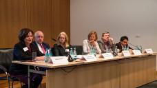 Das politische Panel nahm die Botschaften der Leistungsträger bei der Substitutionstherapie den Nachwuchs zu fördern, die Bürokratie abzubauen und die Vergütung der Leistungsträger zu verbessern, entgegen.Von links nach rechts: Marlene Mortler (Drogenbeauftragte der Bundesregierung), Dr. Wieland Schinnenburg (FDP), Dr. Kirsten Kappert-Gonther (Grüne), Sieglinde Schneider (Moderatorin), Dirk Heidenblut (SPD), Niema Movassat (LINKE) (Foto: Sanofi)