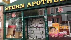 In Hamburg tobte in der vergangenen Nacht die Gewalt. Die Randalierer zerstörten auch das Schaufenster einer Apotheke. (Foto: privat)
