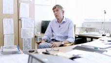 Der Toxikologe Thomas Eschenhagen vom Uni-Klinikum Eppendorf aus Hamburg kommt zu dem Schluss, dass die Einnahme von verunreinigtem Valsartan dem täglichen Konsum von fünf Zigaretten gleicht. (b / Screenshot: DAZ.online)