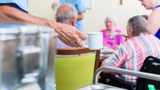 Die Reform macht den Beruf des Altenpflegers nicht attraktiver, befürchten die Grünen. (Kzenon / Fotolia)