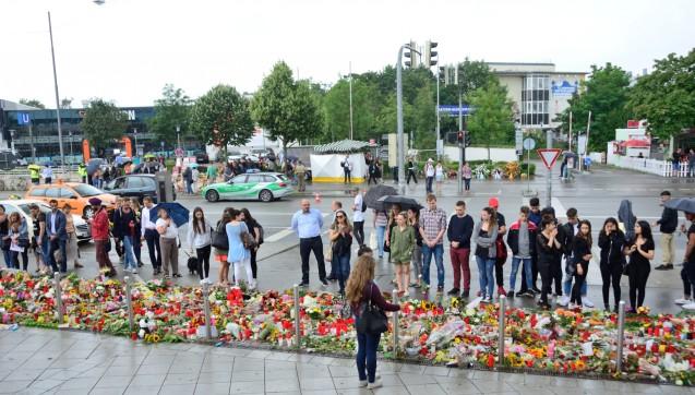 Tausende Trauernde kamen in den letzten Tagen zum Ort des entsetzlichen Amoklaufs.