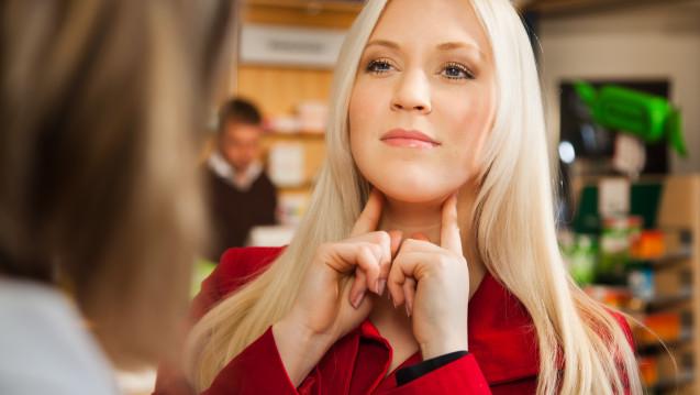 Um einen entzündeten Hals nicht weiter zu reizen, sollten Halsschmerzpatienten ihren Hals warmhalten. (Foto: pix4U / stock.adobe.com)