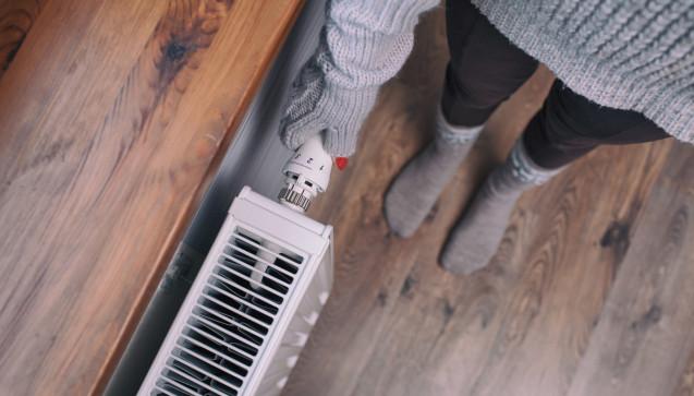 """W wie Winterzeit: Winterzeit ist Erkältungszeit – das ist eine Binsenweisheit, die jeder kennt. Doch warum ist das so? Liegt es tatsächlich an der Kälte? Der Name """"Erkältung"""" impliziert einen entsprechenden Zusammenhang. Einen wissenschaftlichen Beleg hierfür gibt es allerdings nicht. Dass die Erkältungswelle im Herbst und Winter mit schöner Regelmäßigkeit ihren Höhepunkt erreicht, hängt nicht direkt mit den tiefen Temperaturen zusammen. Jedoch begünstigen sie die Verbreitung der Erkältungserreger. Denn wenn draußen Schmuddelwetter herrscht, werden drinnen die Heizungen aufgedreht – und das bedeutet Stress für die Atemwege. (Foto:NinaMalyna / stock.adobe.com)"""