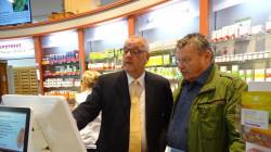 Brandenburgs Kammerpräsident Jens Dobbert (links) zeigt demCDU-Bundestagsabgeordneten Dr. Klaus-Peter Schulze den Alltag in der Apotheke (Foto: lakbb)