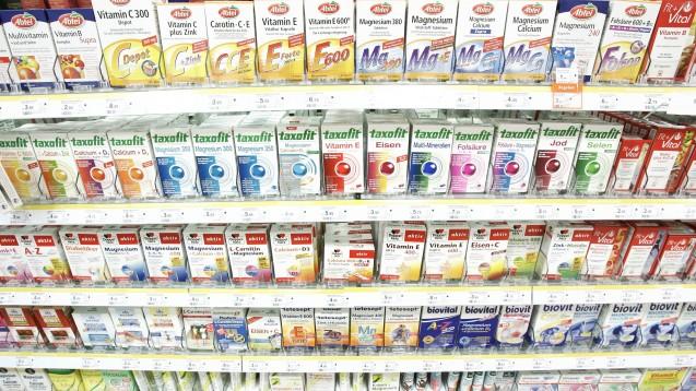 Arzneimittel oder NEM? Für den Kunden ist das in der Drogerie nicht erkennbar. (Foto:picture alliance / Keystone)