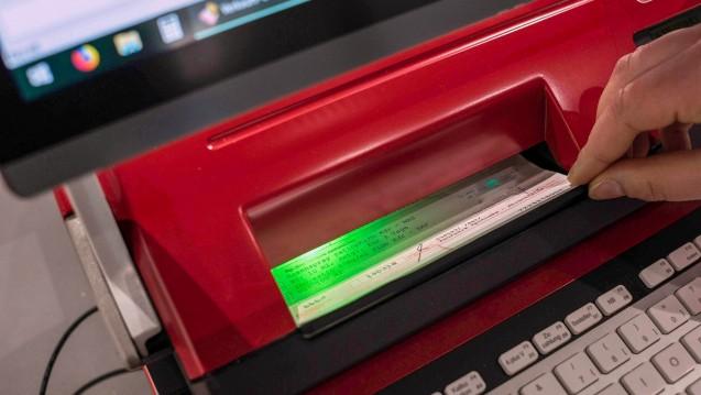Die Apotheken-Rechenzentren warnen eindringlich davor, dass die Kassen und Hersteller ihren Zahlungsziele nicht mehr nachkommen. Die Coronakrise berge die Gefahr, dass man zahlungsunfähig werde, heißt es beim VDARZ. (t/Foto: imago images / Steinert)