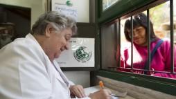 Andere Länder - andere Pharmazie. Am vergangenen Wochenende in Berlin lernten künftige Einsatzkräfte, wie man in der Katastrophenpharmazie mit 60 Arzneimitteln auskommt, innerhalb 72 Stunden eine Zeltklinik errichtet und lokale Gesundheitshelfer unterstützt. (Foto: Apotheker ohne Grenzen)