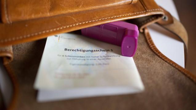 Masken-Voucher für Menschen mit Asthma bronchiale sorgen derzeit für Irritationen unter den Betroffenen. (s / Foto: IMAGO / photothek)