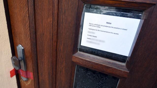 Nach drei Todesfällen: Die Tagesklinik des Heilpraktikers ist verschlossen, das Namensschild abgeschraubt. (Foto: dpa / picture alliance)