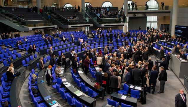 630 Briefe und Mails: Apothekerin Ines Eder aus Niedersachsen hat sich die Mühe gemacht und allen 630 Bundestagsabgeordneten geschrieben. Sie weist die Politiker auf die Bedeutung der Apotheke vor Ort hin und steht für ein Rx-Versandhandelsverbot ein. (Foto: dpa)