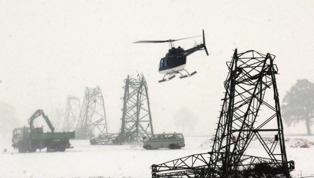 Tonnenschwere Schneemassen und heftige Stürme sorgten Ende 2005 im Westmünsterland dafür, dass Strommasten umknickten und rund 250.000 Menschen von der Stromversorgung abgeschnitten waren. (Foto: picture-alliance/dpa/dpaweb)