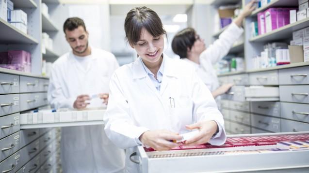 Studierende können Apotheken in den stressigen Zeiten der Coronapandemie unterstützen. Entsprechende Projekte starteten diese Woche in Österreich und der Schweiz. (s / Foto: imago images / Westend61)