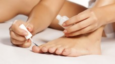 Zur Nagelpilz-Behandlung stehen die antimykotischen Wirkstoffe Amorolfin und Ciclopirox als wasserfester und wasserlöslicher Lack zur Verfügung. (Foto:vladimirfloyd / stock.adobe.com)