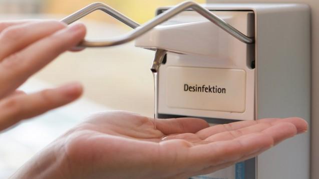 Im professionellen Umfeld ist Händedesinfektion unerlässlich. Privat reicht in vielen Fällen gründlich waschen. ( r / Foto:ok-foto / stock.adobe.com)