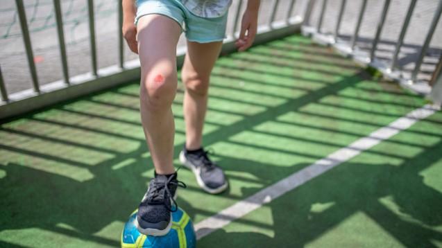Das Knie aufgeschürft? In der Apotheke gibt es die passenden Pflaster dafür. (Foto: Markus Wegmann / stock.adobe.com)