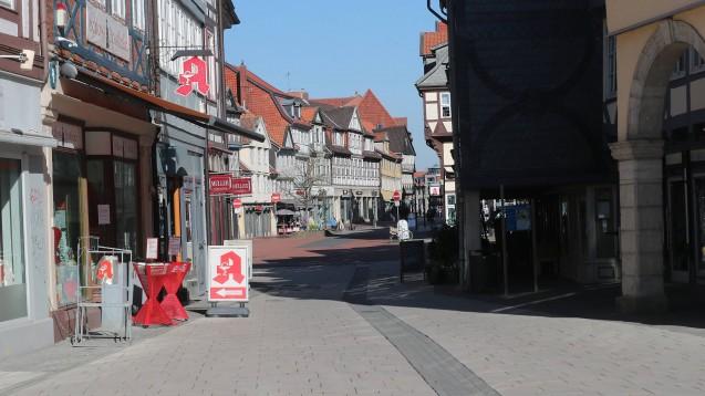 Die Apotheken gehören zu den wenigen Geschäften, die derzeit noch geöffnet sind. Aufgrund von Quarantänefällen gibt es in Westfalen-Lippe nun erste vorübergehende Schließungen. Die Versorgung ist aber gesichert. (t/Foto: Imago images / Hübner)