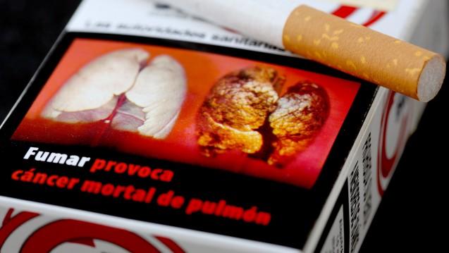 Eine spanischen Zigarettenpackung zeigt eine Raucherlunge: Verfaulte Zähne oder Nahaufnahmen von Krebsgeschwüren. (Foto: Martin Gerten / dpa)