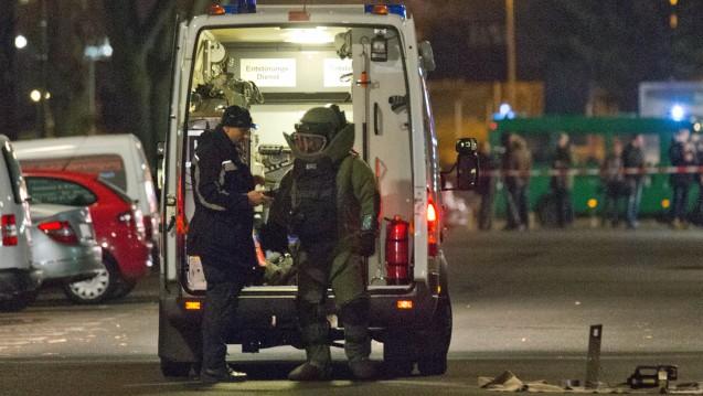 Die Polizei (hier bei einem Einsatz in Berlin) musste in den vergangenen zwei Tagen zu Einsätzen bei zwei Apotheken ausrücken, weil ein Sprengstoff-Verdacht vorlag. (Foto: dpa)