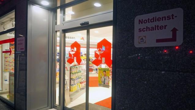 Wie viel muss man als Apothekenleiter seiner PTA bezahlen, wenn sie im Notdienst mithilft? (Foto: imago / Jürgen Ritter)