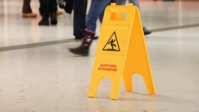 Ein solches Warnschild in der Apotheke ist auch bei Schnee und Nässe  nicht zwingend erforderlich. Kunden, die im Winter ein Geschäft  betreten, müssen ohnehin besonders vorsichtig sein (Foto: lagom / stock.adobe.com)
