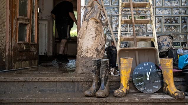 Nach dem Hochwasser kommt das Aufräumen. Geld von der Versicherung gibt es nur, wenn Elementarschäden mit abgesichert wurden. (c / Foto: IMAGO / Hannes P. Albert)
