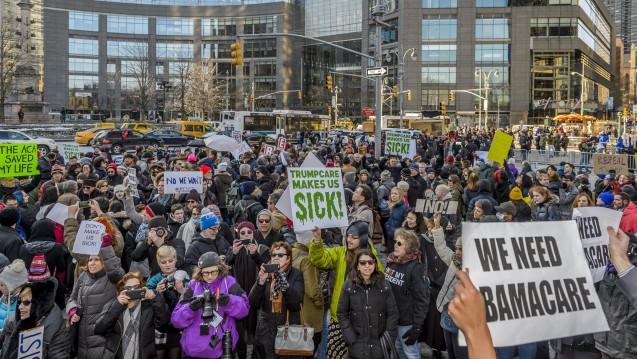 Proteste Mitte Januar vor dem Trump-Tower in New York: Der neue US-Präsident will das Krankenversicherungssystem Obamacare abschaffen. (Foto: dpa)