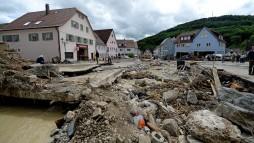 Mit Regen und Gewittern kam die Flut nach Braunsbach - der Schlamm drängte sich bis in die Apotheke. (Foto: dpa / picture alliance - abaca)