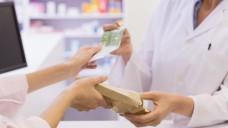 Was darf eine Apotheke ihren Kunden als Werbegabe zum Arzneimittel dazu geben? (Foto: WaveBreakMediaMicro / Fotolia)