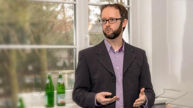 Projektleiter Tobias Störmer stellte am Fortbildungstag am vergangenen Samstag in Potsdam die geplante brandenburgische Machbarkeitsstudie zur Praktikabilität der pharmakogenetischen Beratung in Apotheken vor. (Foto: LAK Brandenburg)