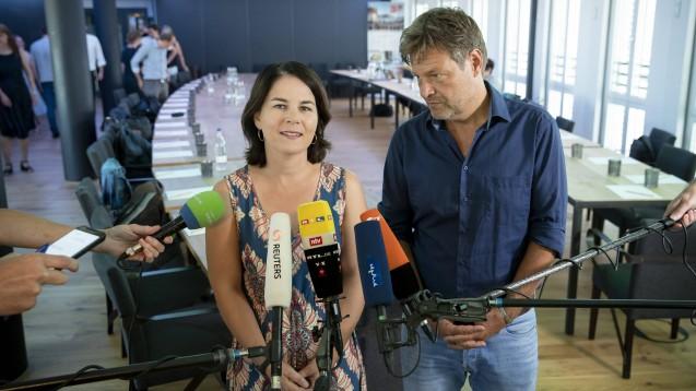 Die Grünen-Spitze (Annalena Baerbock und Robert Habeck) hat angekündigt, den politischen Kurs in Sachen Homöopathie nun selbst festzulegen. (Foto: imago images / Contini)