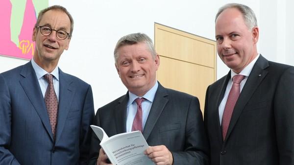 Noweda und Deutscher Apotheker Verlag übergeben Gutachten an Gröhe