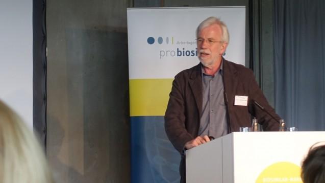 Professor Wolf-Dieter Ludwig hält eigentlich nichts davon, dass Apotheker generell Biologicals substituieren. Er kann sich lediglich vorstellen, dass spezialisierte, extra dafür ausgebildete Apotheker den Austausch vornehmen. (Foto: jb/DAZ.online)