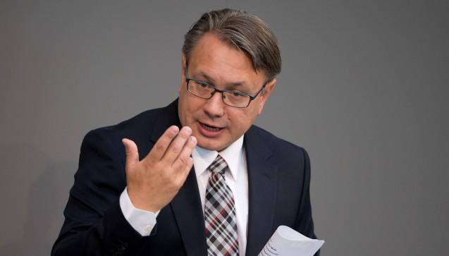 """Im Interview mit DAZ.online hatte der im Unions-Vorstand für Gesundheit zuständige CSU-PolitikerGeorg Nüßlein die SPD aufgefordert, sie müsse jetzt """"was für die Apotheken im Land tun"""". Deren Fraktionsvize Karl Lauterbach schätzte er als kompromissbereit ein, dessen Vorschlag schlug Nüßlein jedoch aus - nämlich das Rx-Versandverbot mit einer Zuzahlungsbefreiung für Chroniker zu verbinden. Kompromissbereit seien auch die EU-Versandapotheker, so der CSU-Gesundheitspolitiker. Deren Verbandsvorstand Klaus Gritschneder erklärte, bei einem Rx-Versandverbot sei für sie""""Schicht im Schacht"""". (Foto: dpa)"""