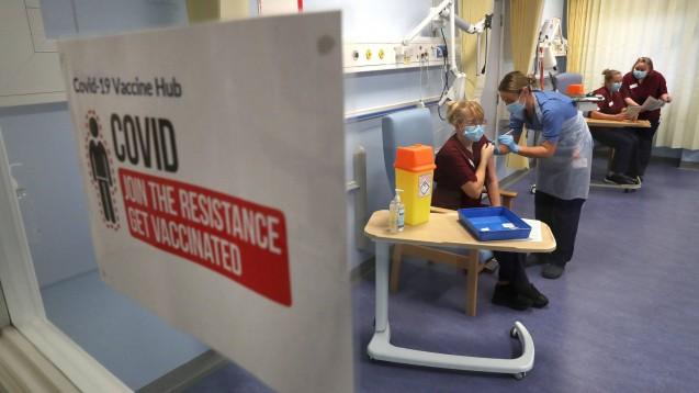In Schottland starteten die COVID-19-Impfungen bereits am 8. Dezember. Nun hat man Daten zur Hospitalisierung ausgewertet. (Foto: IMAGO / i Images)
