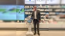 Apotheker Florian Wehrenpfennig testet in seiner Apotheke gemeinsam mit der Hochschule Bonn-Rhein-Sieg einen Roboter. (Foto: Wehrenpfennig)