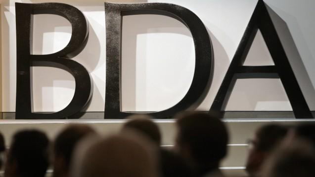 Gelegenheit genutzt: Die Bundesvereinigung Deutscher Arbeitgeber schickt anlässlich zweier Oppositionsanträge zum Apothekenmarkt eine umfangreiche Liste an Deregulierungswünschen an den Bundestag. (Foto: dpa)