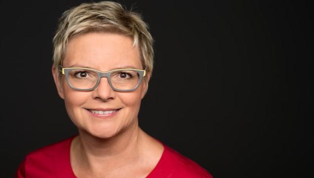 Als einzige Fraktion im Bundestag hat die SPD eine eigene Berichterstatterin nur für das Thema Apotheken. Sabine Dittmar aus Unterfranken hatte in diesem Jahr auch sehr viele Berührungspunkte mit den Apothekern. Monatelang setzte die approbierte Ärztin sich dafür ein, dass Apotheker für die BtM-Dokumentation und die Rezepturherstellung besser vergütet werden – mit Erfolg: Im AMVSG sind in beiden Bereichen Honorarerhöhungen vorgesehen. Nach dem EuGH-Urteil schloss sie sich der Meinung ihrer Fraktionskollegen an und sprach sich gegen das Rx-Versandverbot aus. Allerdings befürwortet Dittmar eine Variante, die den Status vor dem EuGH-Urteil wieder zurückführen könnte: Gemeinsam mit dem Vorsitzenden des Gesundheitsausschusses im Bundestag, Edgar Franke (SPD), will Dittmar Rx-Boni im Sozialrecht verbieten lassen, den Versandhandel aber erhalten. (Foto: sabine-dittmar.com)