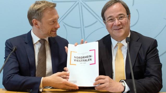 Bekenntnis zur Freiberuflichkeit: FDP-Chef Christian Lindner und der designierte NRW-Ministerpräsident Armin Laschet (CDU) bei der Vorstellung des Koalitionsvertrages für Nordrhein-Westfalen. (Foto: dpa)