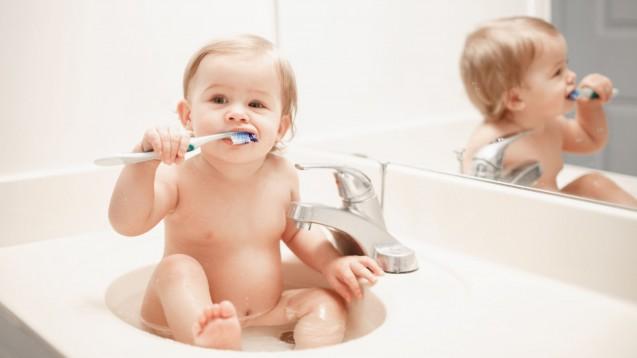 Karies besser mit Fluoridtabletten oder mit fluoridhaltiger Zahnpasta vorbeugen? Darüber streiten sich Kinder- und Zahnärzte. Dass eine Kariesprophylaxe bei Babys indiziert ist, ist unstrittig. Ökotest hat sich neun fluoridhaltige Arzneimittel angeschaut. (s / Foto: anoushkatoronto / stock.adobe.com)