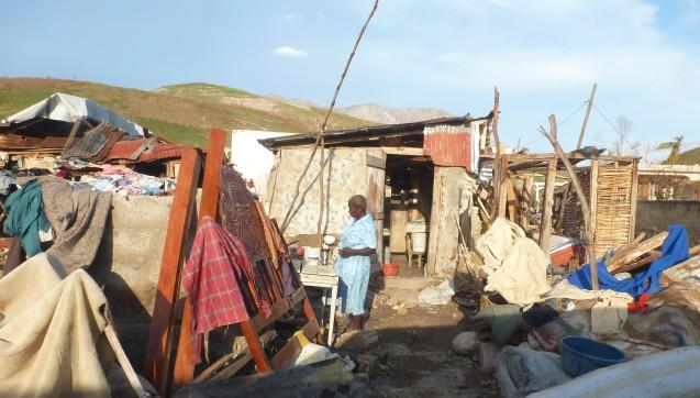 Nach der Überschwemmung: Diese Frau trocknet einige Habseligkeiten vor ihrer Hütte. (Foto: AoG)