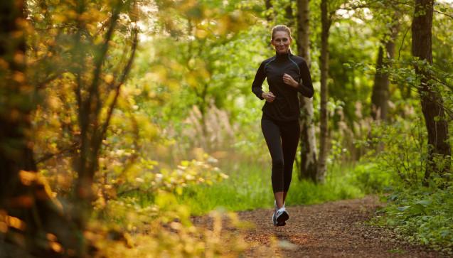 J wie Joggen: Regelmäßiger Sport gehört wie eine Obst- und Gemüse-reiche Ernährung zu den Faktoren, die das Immunsystem unterstützen und darüber einer Erkältung vorbeugen können. Am besten joggt man natürlich im Wald oder über die Felder. Gerade in den kalten Wintermonaten geht es selbstverständlich auch auf dem Laufband.(Foto:Christian Schwier / stock.adobe.com)