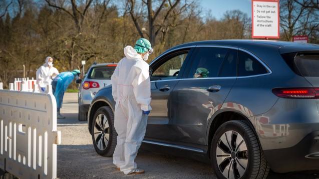 In Zukunft sollen auch asymptomatische Menschen auf das Coronavirus getestet werden können, damit (wie hier bei der Drive-in-Station in Nürtingen im März) massenhaft getestet werden kann. (r / Foto: imago images / 7aktuell)