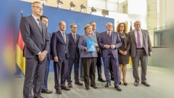 """Unter anderem Bundeskanzlerin Angela Merkel (CDU) und Bundesgesundheitsminister Jens Spahn (ebenfalls CDU) nahmen Anfang November das Jahresgutachten der """"fünf Wirtschaftsweisen"""" entgegen. (m / Foto: imago)"""