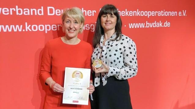 Beste Eigenmarke: Tanja Wilcke-Pasternacki und Doris Jeske-Kraft (beide Geschäftsleitung gesund-leben-Apotheken) bei der Preisübergabe im Rahmen des Kooperationsgipfels in München. ( j / Foto: Gehe)