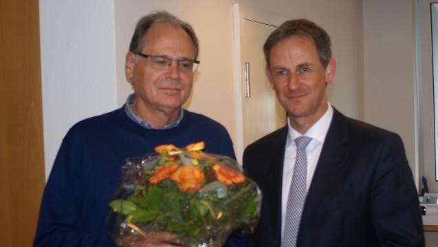 Dr. Stefan Zerres (r.), Geschäftsführer des Versorgungswerkes der Apothekerkammer Schleswig-Holstein, dankt dem langjährigen Vorsitzenden des Aufsichtsausschusses, Joachim Fielitz, für sein Engagement. (Foto: Müller-Bohn)